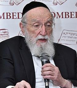 הרב משה ויא מרצה בכנס כשרות של מכון תורני פומבדיתא (cropped).JPG