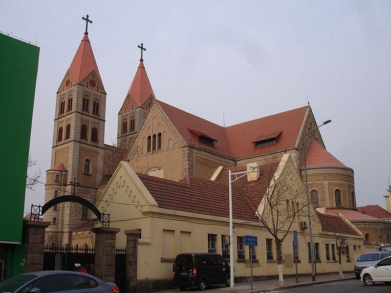 青岛圣弥额尔主教座堂后侧.jpg