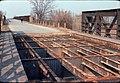 021L20220376 Breitenlee Verschiebebahnhof, Brücke (Fahrbahn teilweise entfernt) März 1976.jpg