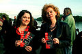 2012-05-09 (07) Julia Berlit-Jackstien und Corinna Luedtke mit Veranstaltungs-Prospekt Hannover im Wort.jpg