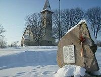 A sajóbábonyi Szentháromság-templom és az emlékmű 2010 telén - panoramio.jpg