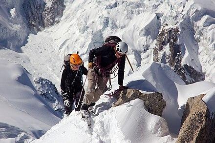 Мойка фасада промышленным альпинизмом