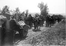 Déportés arméniens d'Erzurum marchant le long d'un chemin de terre