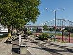 Arnhem centrum, Airbornemonument Jacob Groenewoudplantsoen met John Frostbrug op achtergrond foto3 2015-06-30 18.12.jpg