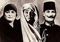 Kız kardeşi Makbule Hanım, annesi Zübeyde Hanım ve Atatürk