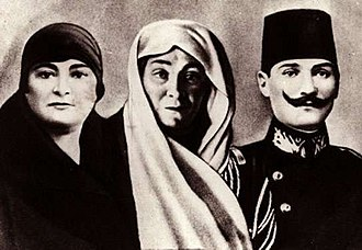Mustafa Kemal Atatürk - Mustafa Kemal with his mother Zübeyde Hanım (middle) and sister Makbule Atadan (left)