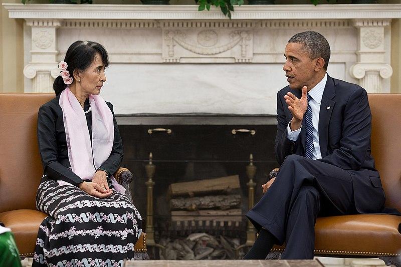 2012年9月、ホワイトハウスにてバラク・オバマと会談を行うアウンサンスーチー Wikipediaより