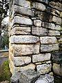 Bas relleu d'una deïtat en un mur de Kuelap.jpg