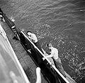 Bemanningsleden met vlnreerste stuurman Hans en Arthur schilderen de Damco …, Bestanddeelnr 254-1400.jpg