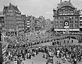 Bezoek Franse president René Coty en diens echtgenote aan Amsterdam, kransleggin, Bestanddeelnr 906-6071.jpg