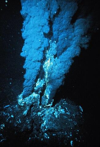 """Livet kan ha uppkommit vid en sådan här """"black smoker"""", en undervattensvulkan där extremt tåliga kemoautotrofer lever än idag."""