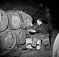 Bottelarij man tijdens het tappen van wijn uit een vat, Bestanddeelnr 252-9438.jpg