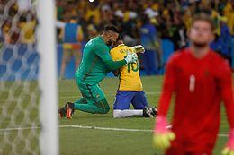 Neymar (ao centro) emocionado após converter o pênalti que deu o título dos  Jogos Olímpicos ao Brasil. 4e8533cabecf6