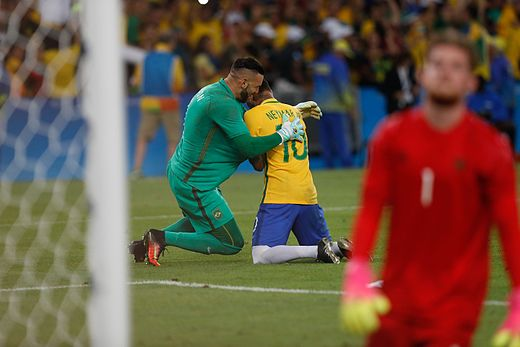 aabd426bf8 Neymar (ao centro) emocionado após converter o pênalti que deu o título dos  Jogos