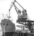Bundesarchiv Bild 183-62196-0001, Rostock, Überseehafen, Stückgut wird gelöscht-2 (cropped).jpg