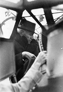 Mussolini sul Cicogna, dopo la sua liberazione, poco prima del decollo