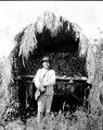 C. Indianen Salvador framför sin majslada. Missionsstn. Cavinas, nära R. Beni, Bolivia - SMVK - 005026.tif
