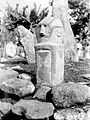 COLLECTIE TROPENMUSEUM Eén der beelden van de groep van vier voorstellende de stamvaders en stichters van het dorp op de vergaderplaats in het dorp Lao in het Daluschap Rahong TMnr 10001105.jpg