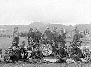 Tassilo Adam - Image: COLLECTIE TROPENMUSEUM Een orkest uit de Karolanden gefotografeerd te Brastagi met de vulkaan Sibajak op de achtergrond Noord Sumatra T Mnr 10005395