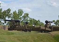 Cannons of Fort Niagara (1) (22136009529).jpg