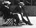 Carlos de Candamo (G.) et le baron de Bellat (D.), assis, arbitres d'une partie de tennis à l'ile de Puteaux en août 1905.jpg