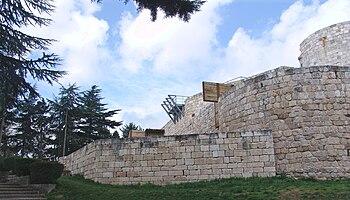 Vista exterior del Castillo de Burgos, reconstrucción puerta sur