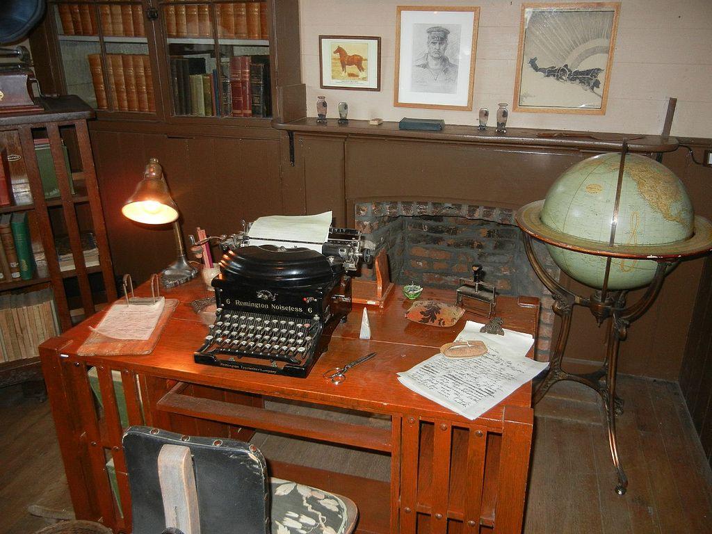 Other resolutions: 320 × 240 pixels | 640 × 480 pixels ... - File:Charmian London's Typewriter Desk.jpg - Wikimedia Commons