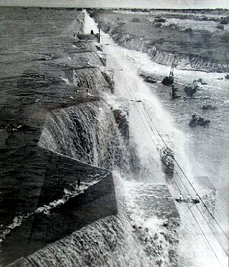 1959 Uruguayan flood - View of the Dam of Rincón del Bonete during the 1959 overtopping.