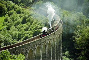 Heart of Wales line - Train on Cynghordy Viaduct