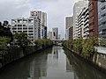 De Meguro in Nishi-Gotanda 2-chōme, stroomopwaarts gezien naar het westnoordwesten vanaf de Honmura-brug, -23 oktober 2018.jpg