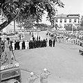 De koninklijke stoet op weg naar het Monument voor de gevallenen. Op de voorgron, Bestanddeelnr 252-4249.jpg