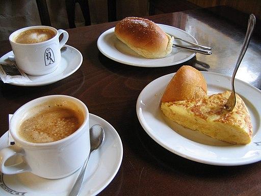 Desayuno con dos cafés, bollo y tortilla