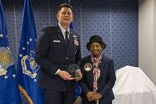 Comandantul spațial al forțelor aeriene îi acordă dr. Gladys West un premiu, fiind introdusă în Sala Famei Pionierilor Aerieni Spațiali și Rachete pentru munca pe GPS pe 6 decembrie 2018.