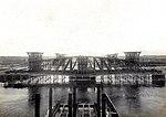 Draaibrug over het Noordzeekanaal te Velsen. Doorvaartwijdte 55 M. Voltooid in 1903. Draaibrug tijdens de opstelling, van de noordzijde gezien (cropped).jpg