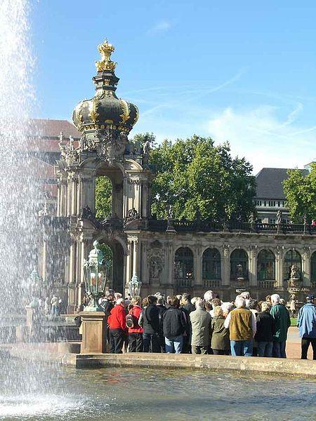 File:Dresden Altstadt - Zwinger Reisegruppe vor dem Kronentor, Foto Christoph Münch.jpg