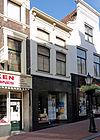 foto van Pand met gepleisterde lijstgevel met stucdecoratie. Huis van parterre, verdieping en mezzanino
