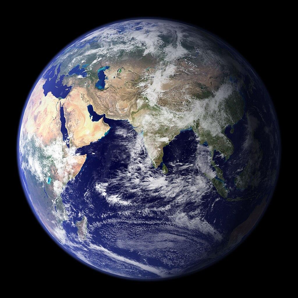 Blik op het Oostelijk halfrond met India (midden), het Arabisch Schiereiland (Saoedi-Arabië) en Afrika (links), Europa (linksboven), de Indische Oceaan (onder), Australië (rechtsonder) en Azië (boven en rechts).