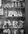 Etalage met diverse beeldjes waaronder de Sacra Famiglia die te koop is voor 75, Bestanddeelnr 191-1179.jpg