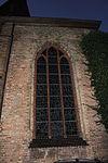 Fenster von außen der Marienkirche (Flensburg, Nachtaufnahme).JPG