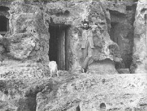 English: Flinders Petrie in Giza c. 1880 עברית...