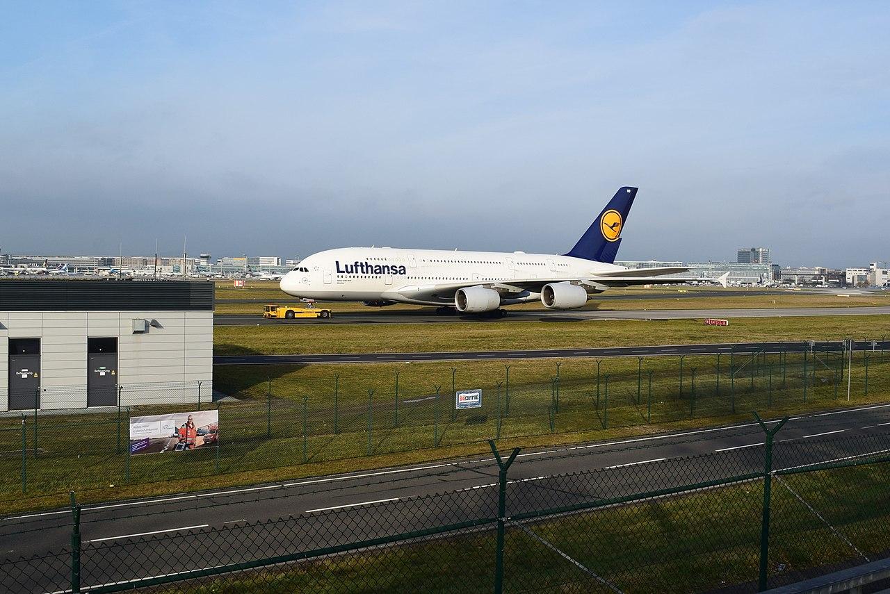 Flughafen Frankfurt-Aussichtsplattform Zeppelinheim-Airbus A380.jpg