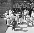 Fotograaf insceneert een foto van een stel voor een groep toekijkers, Bestanddeelnr 254-0751.jpg