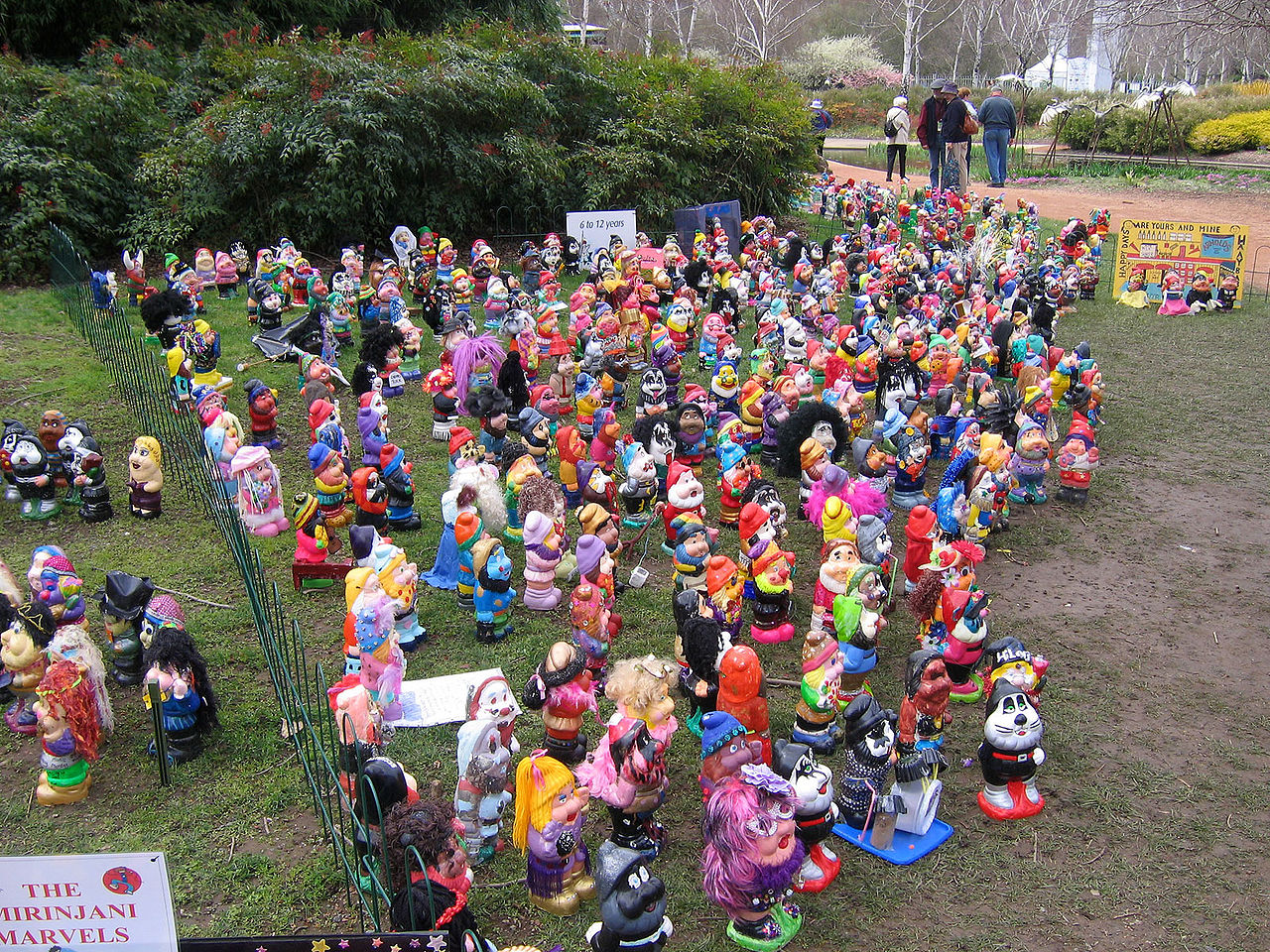 File:Garden gnomes - commonwealth park canberra.jpg ...