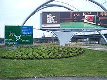 Mediana erbosa, con cartellone e segnaletica stradale