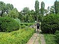Grădina Botanică - artă modernă și vizitator.JPG