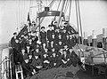 Groepsfoto van de bemanning op het dek, Bestanddeelnr 902-3856.jpg