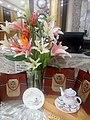 HK 西營盤 Sai Ying Pun 明星海鮮酒家 Star Seafood Restaurant 人造花 artificial flowers 百合花 white n pink August 2017 Lnv2 02.jpg