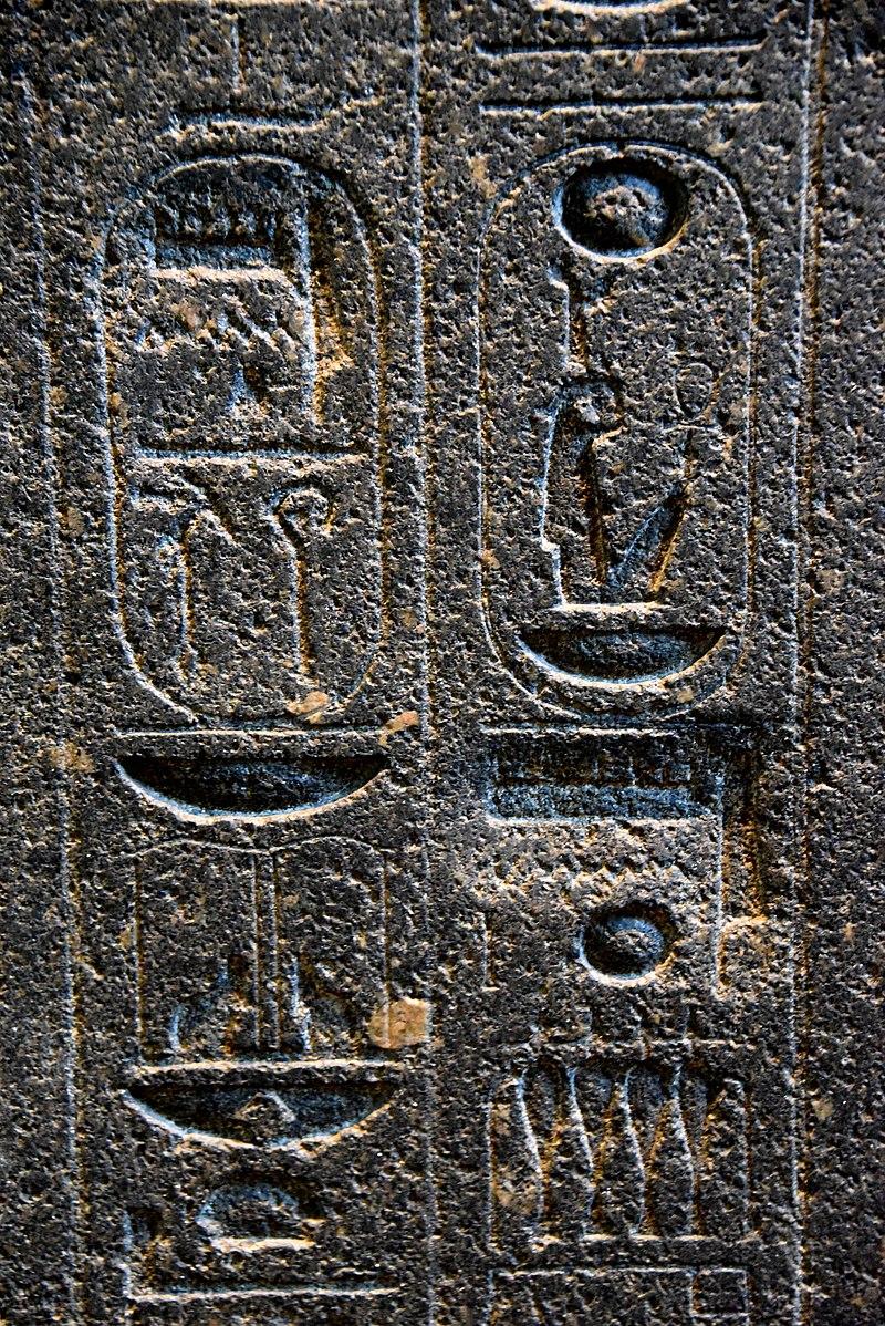 Cartuchos con jeroglíficos en el pilar trasero de la estatua 800px-thumbnail