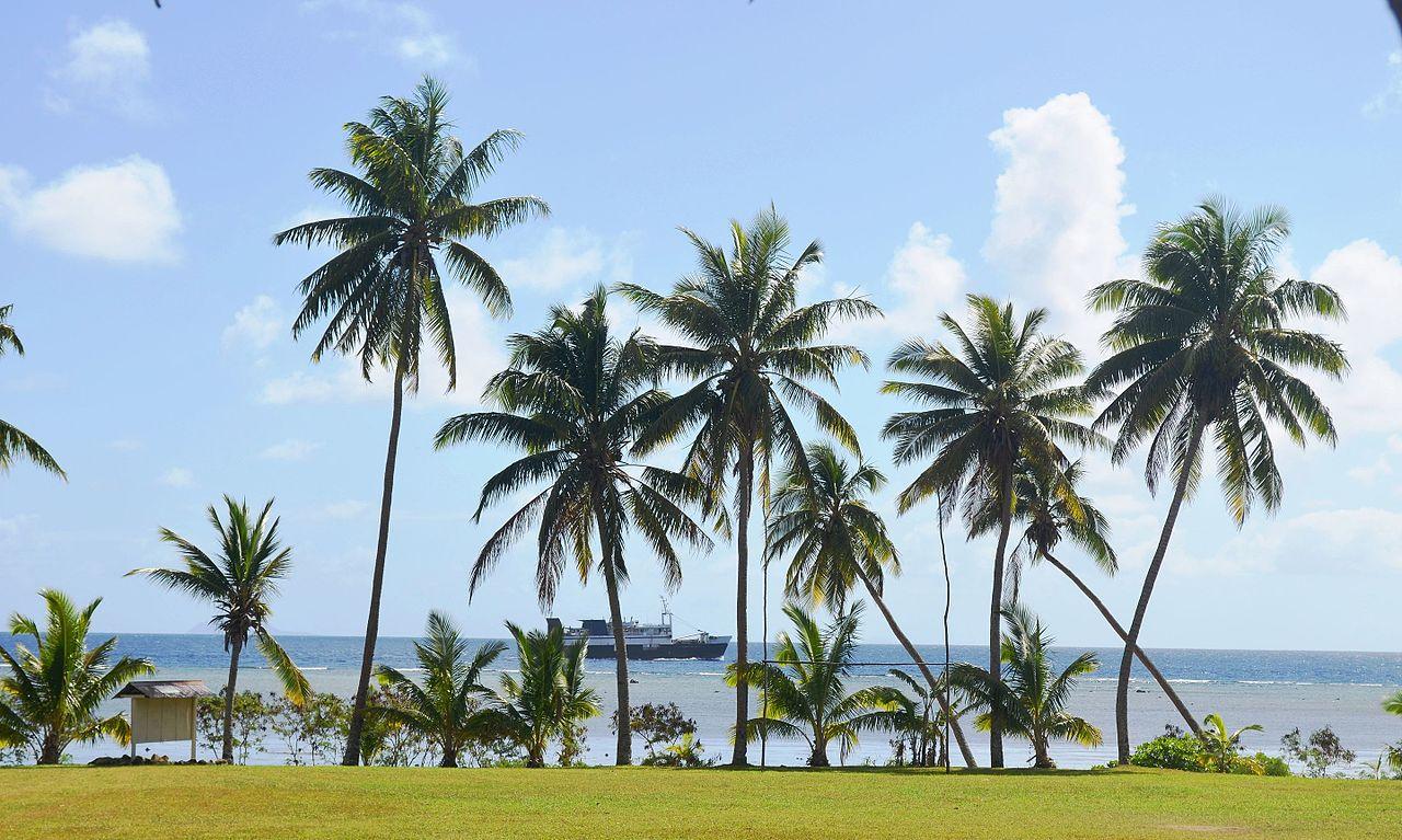 Kapal antar pulau berlayar melewati salah satu pulau di timur Fiji