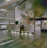Interieur, balie in de nieuwbouw met rechts een blik in het archiefcafé - Middelburg - 20374614 - RCE.jpg